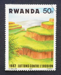 Timbre rwandais de 1982 représentant la riziculture en terrasse et soulignant son rôle dans la lutte contre l'érosion.