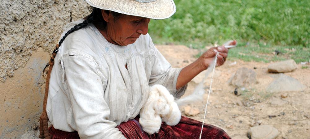 Artisane en Bolive qui tisse la laine de mouton